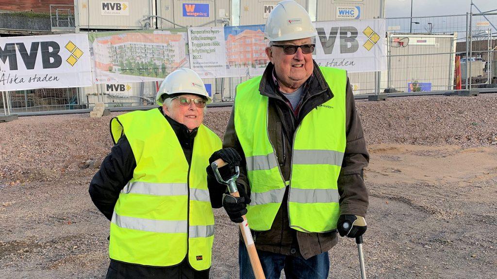 Två personer representerade de boende vid första spadtaget för trygghetsboendet Bangårdsterrassen i Höör